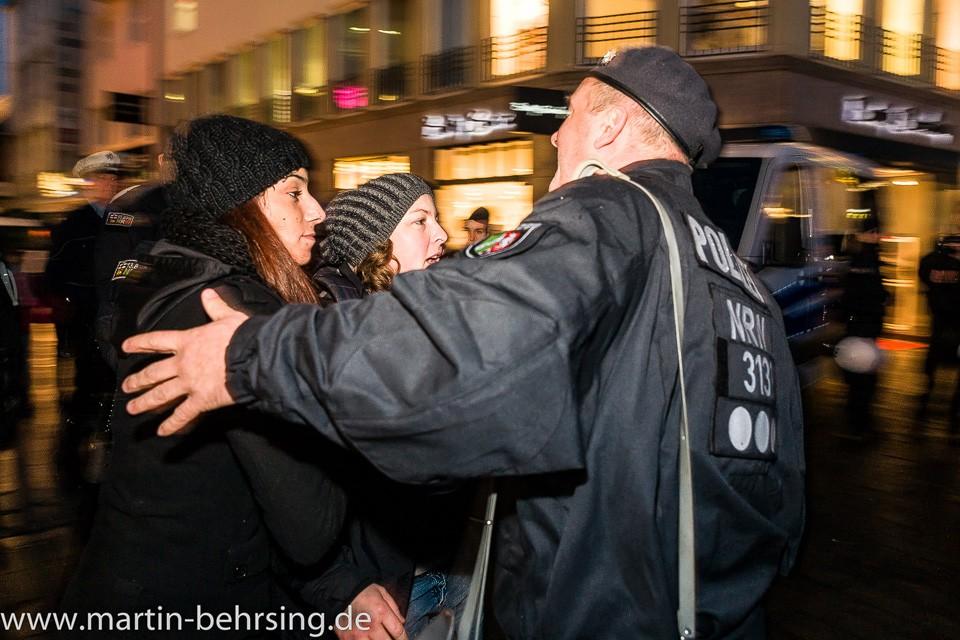 Neonazifrau Melanie Dittmer legst sich zu allererst mit der Polizei auf. Sie ist dick geworden. Leigt wahrscheinlich an der ungesunden deutschen Fleischnahrung